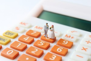 man and woman figures on a calculator illustrating the spousal support calculations prepared by Clinton Township divorce attorneys