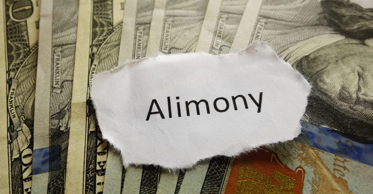 cash and alimony note on the desk of Clinton Township alimony lawyers